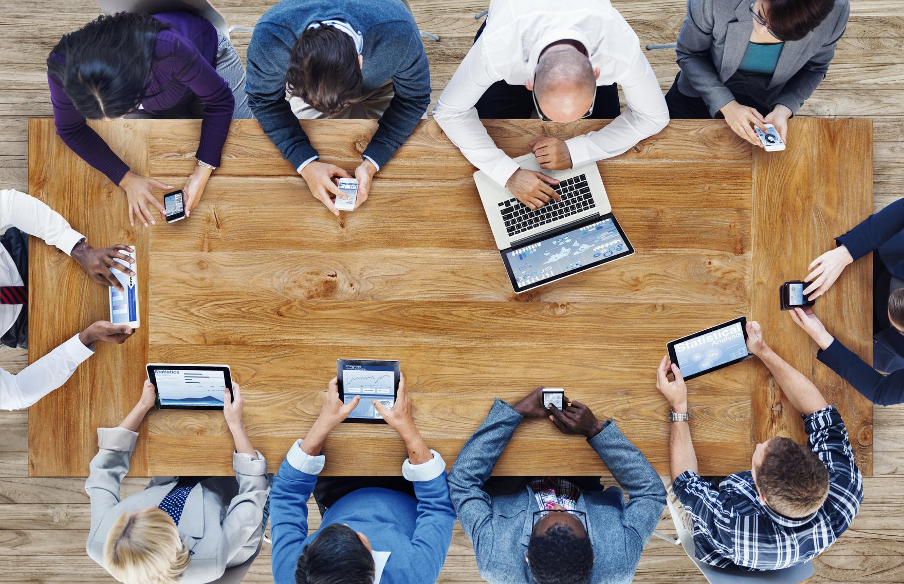 Personas usando dispositivo móvil